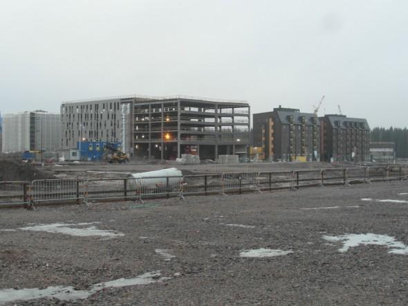 Matkan varrella juna-asemalta asuntomessualueelle tulee tien varteen paljon uusia kerrostaloja.