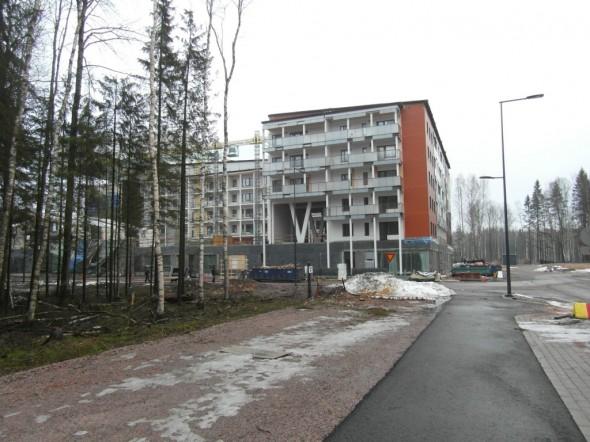 Asuntomessualueen kulmalle tuleva Euroopan suurin puukerrostalo näkyy kauas, melkein juna-asemalle asti. Tuntuu, että viivasuoraa tietä saa kävellä ikuisuuden, ennen kuin on perillä...