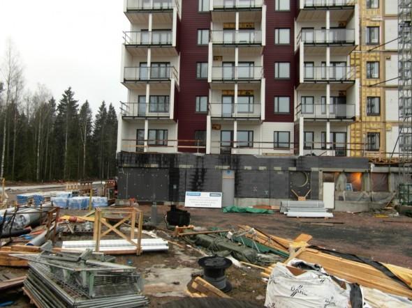 Puukerrostalon rakennustyömaata.