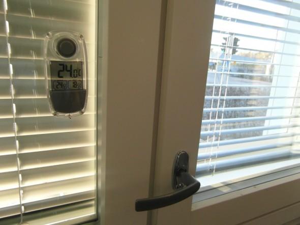 Korkean olohuoneen alaosaa. Toisen ikkunan kaihtimet kiinni koko päivän. Kaihtimien takana lämpötila +24C.
