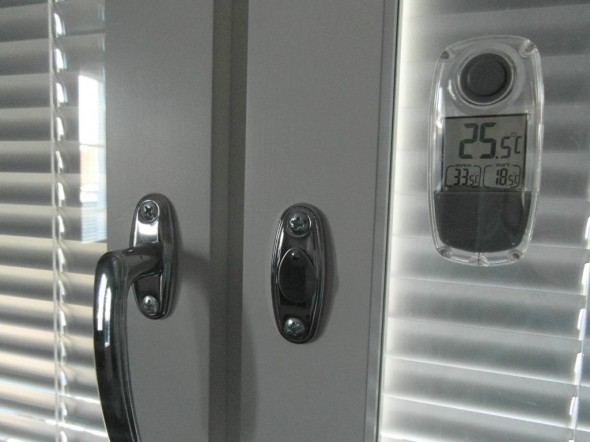 Pojan huone. Etelän puoleinen seinä. Kaihtimet kiinni aina (muuten ei näe tietokoneen ruudulta). Lämpötila iltapäivällä +25,5C.