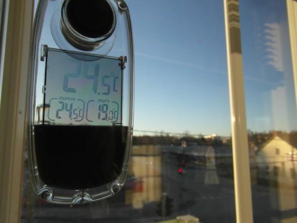 Master-bedroom, ikkunat länteen - lämpötila noussut +24,5C asti.