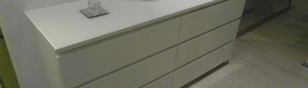 Eteisen peilipöytä valmiina. Peili odottaa asentamista sen takana lattialla.