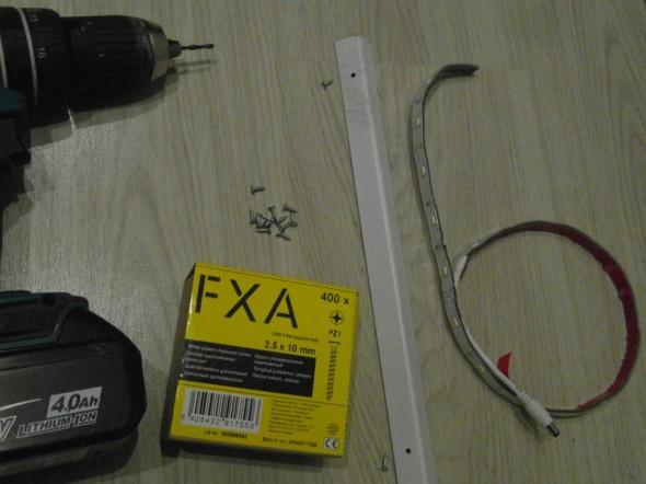 Led-nauha on liimattu kiinni valkoiseen alumiinikiskoon, joka on kiinnitetty peilin puupokaan 10mm puuruuveilla.