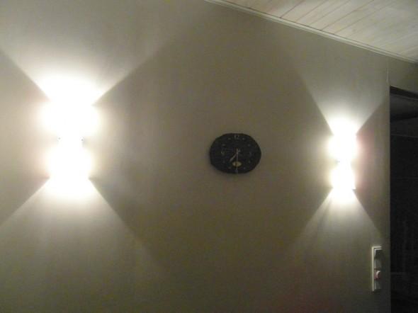 Keittiön halogeenit iltavalaistuksessa. Kellon ympäri piirtyy kauniin kartiomaiset valokeilat.