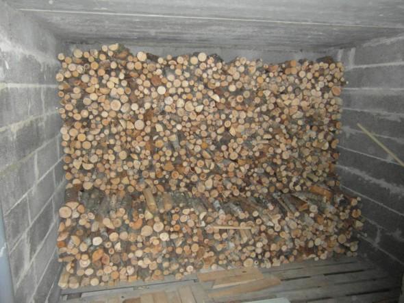 Polttopuuhommia on tänään tullut tehtyä muutenkin. Tässä on tasan 2 pinomottia puuta siirrettynä terassin alla olevaan puuvarastoon. Vielä mahtuisi paljon lisää...
