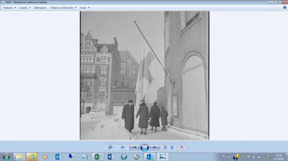 Keskiviikko 13.3.1940 Stockmannin kulmalla Helsingissä. Helsingissä on täysi talvi. Talvisodan päättymisestä tänään kulunut tasan 75 vuotta. Kaisaniemen mittausaseman mukaan maaliskuun keskilämpötila vuonna 1940 oli Helsingissä -7,4C. Tänä vuonna eli 2015 tähänastisen maaliskuun keskilämpötila on ollut +2,8C Vantaalla.