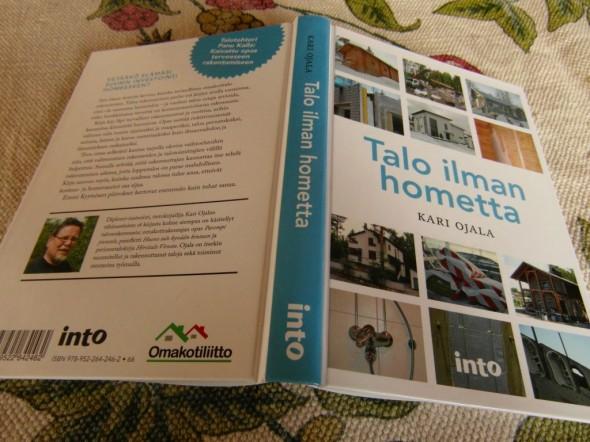 """Itse sain Kari Ojalan uusimman kirjan """"Talo ilman hometta"""" liittymislahjana Omakotiliiton jäseneksi liittyessäni Kevätmessut 2015 -tapahtumassa."""