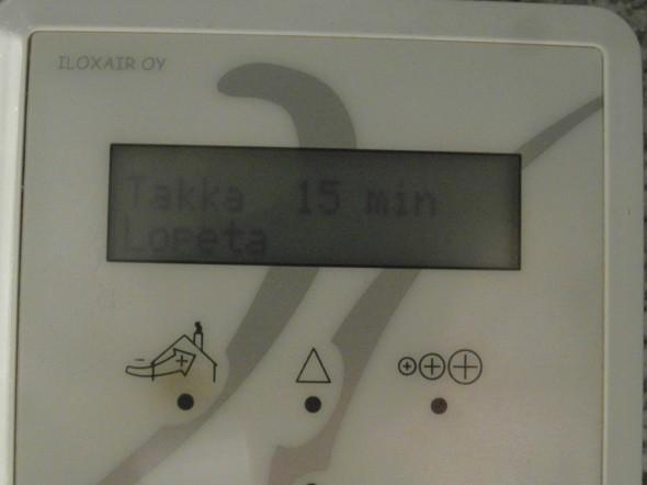 """IV-koneen näyttö. Tuplanäppäilyllä käynnistyy takkatoiminto. Kolmannella näppäilyllä sen saa pois. Kone osaa itse omalla näytöllään pyytää uutta suodatinta. Silloin näytöllä lukee, että """"Vaihda suodatin""""."""