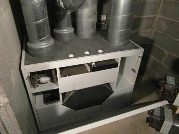 Etukansi ei mahdu kovin paljon avautumaan, kun se jo ottaa vesivaraajan lämmityskierukoihin kiinni.