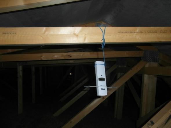 Lämpö- ja kosteusmittari yläpohjassa talon keskikohdassa.