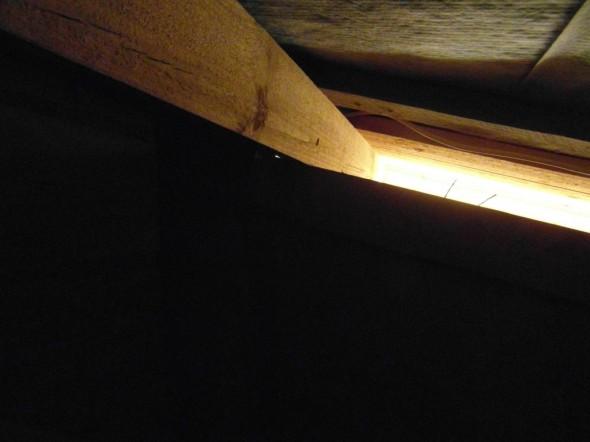 Räystäiden alla olevat LED-valot valaisevat tai heijastavat ihan mukavasti valoa myös yläpohjan suuntaan.