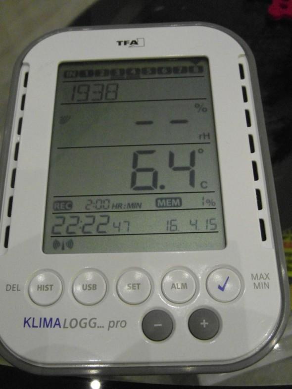 Tiilipiipun vieressä lämpötila on pari astetta korkeampi verrattuna siihen, mitä 5-6 metrin päässä talon keskellä oleva mittari näyttää.