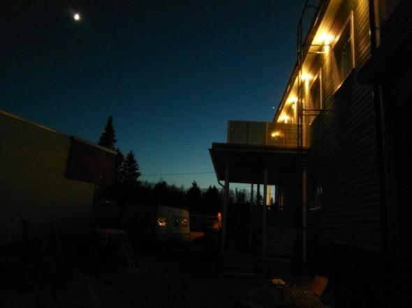 Meillä siis pihan yleisvalaistus on jo ihan riittävä. Katulampuista ja talon räystäsvaloista tulee niin paljon valoa, että lisävaloa ei enää välttämättä tarvitsisi lainkaan. Kohdevalot mm. istutuksille ovat silti kauniita. Ja nyt olisi tarkoitus istuttaa Tuijia vasemmalle näkyvällä naapuritalon seinustalle, ja heijastaa niihin ja tiiliseinälle kohdevaloa.
