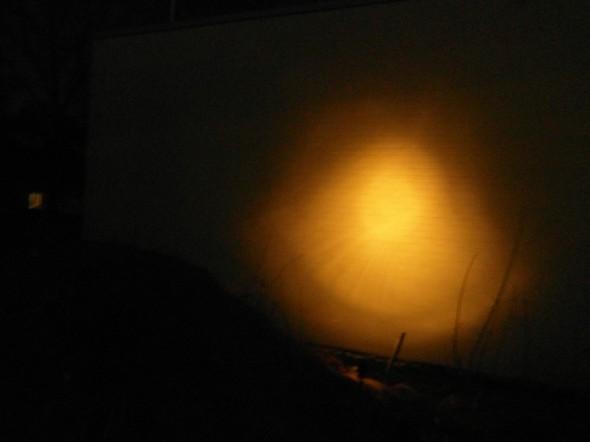 Näin valaisee halogen valo valkoista tiiliseinää noin 2 metrin päästä. Valo on aika tehokas - ei näitä montaa samalle seinälle tarvita, 2 tai 3 riittää. Pitää sitten suunnitella istutukset sen mukaan.
