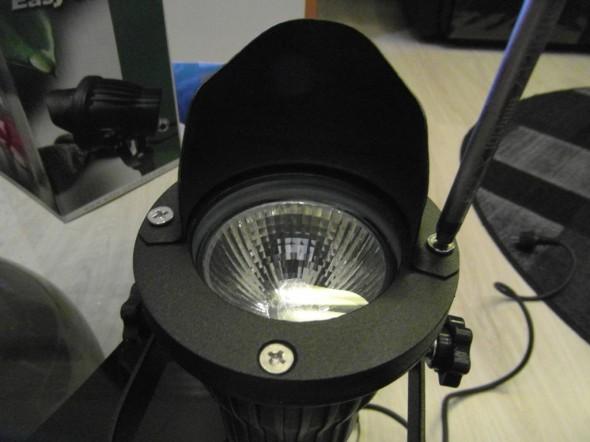 """Valossa on liikennevalojen tyyliin """"lippa"""", joka kohdistaa valoa ja estää sivuttaishäikäisyn."""