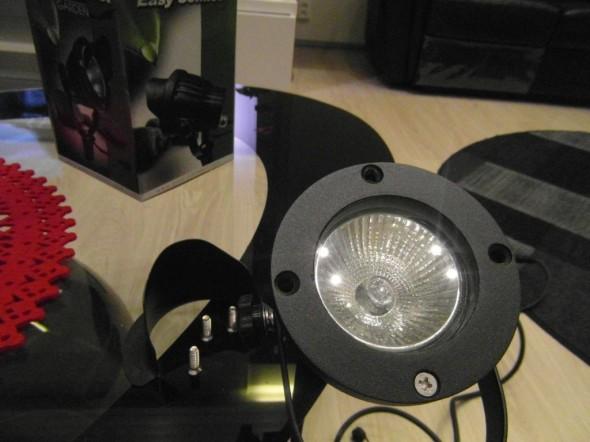 Lipan saa myös halutessaan pois - ja lamppua vaihdettaessa se on myös pakko irrottaa hetkeksi.