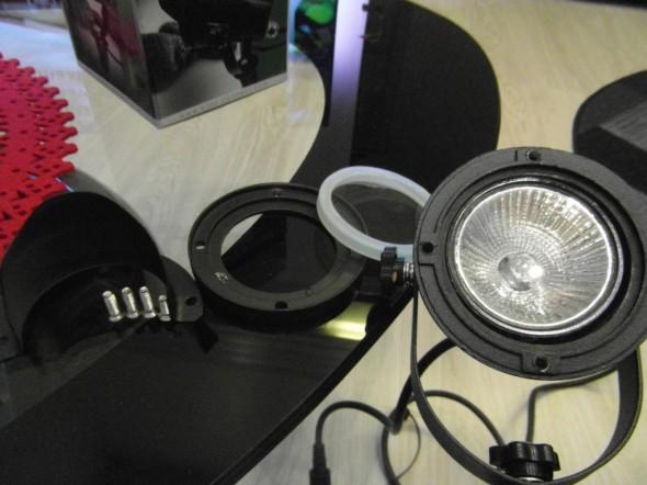 Tässä kai lampun oleellisimmat osat, eli lippa, suojakuori, sen alla tiivistysrengas, sitten saa lampun käsiinsä (irtoaa hiukan vasemmalle pyöräyttämällä).
