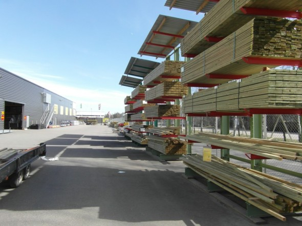 Täältä löytyy puutavaraa moneen lähtöön, ja täältä Vantaan Byggmaxista ostin myös terassitarvikkeet viime kesänä kun yläterasseja rakennettiin.