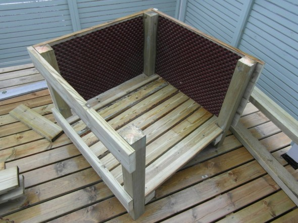 Sitten rakentamisesta ylijäänyttä patolevyä sisuseinille suojaamaan reunapuita. Patolevy toimii siis paitsi kosteussulkuna, niin talvella se ottaa myös jäätyvän mullan painetta vastaan, kun se pakkasessa laajenee kuitenkin muutaman millin.