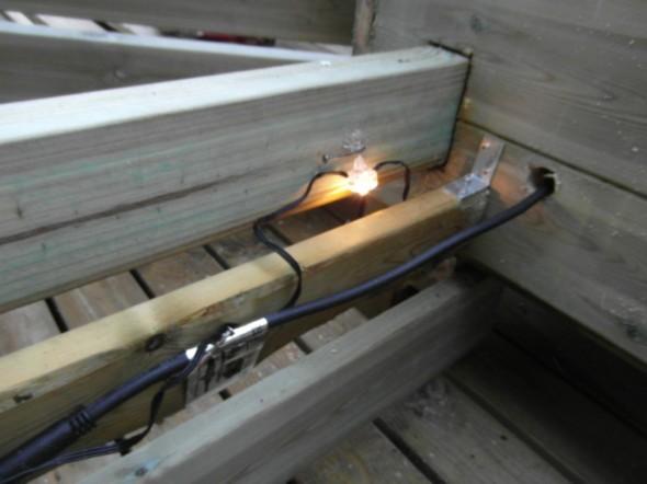 Penkin alle tuleva laatikko on muutaman sentin kapeampi kuin penkin runko, kahdestakin syystä. Ensinnäkin se on istuessa mukavampi jaloille näin, jos haluaa koukistella jalkojaan, ja penkistä on myös mukavampi nousta ylös, kun saa jalat vähän penkin alle. Toisena syynä on valaistus. Kun pienet LED-spotit tulee runko puun sisäpinnalle kiinni, niin niistä tulevan valon saa heijastettua laatikon syrjälautaan, kun se on vähän sisempänä. Jos kaikki laudat olisi samassa linjassa - valo jäisi kokonaan laatikon sisään, eikä heijastaisi mihinkään.