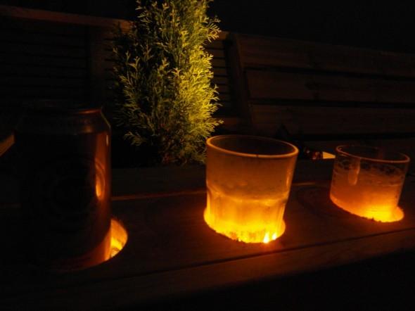 Kukkalaatikon laidalla erikoisuutena on oluttuopin pohjaan osuva LED-valol joka värjää koko lasissa olevan juoman. Lasit tässä kuvassa vähän kylmän huurteiset. Vasemmalla näkyvä oluttölkki ei ole niin hieno kuin lasi, vaikka kyllä sekin vähän loistaa...