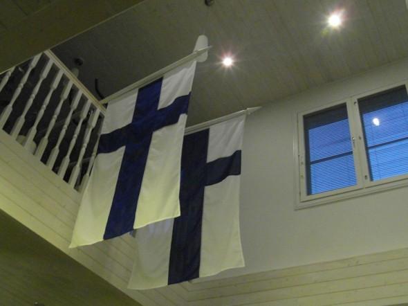 Liput kuivumassa korkean olohuoneen yläosassa.