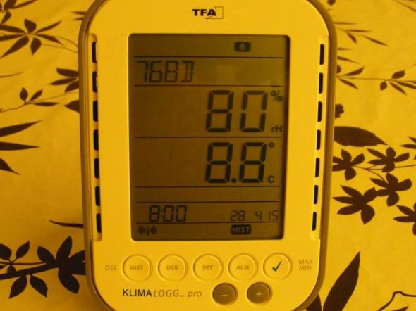Sama mittari 8 tuntia aikaisemmin, eli klo 8:00 aamulla. Kosteus on 80%. Miten paljon kosteutta voi olla, ennen kuin villat alkaa vettyä? Ehkä aika ylärajoilla tässä mennään, jos syksyisin on pitkään samanlaiset olosuhteet, tai jos nykyisin marraskuun kelit jatkuu samoina aina maaliskuulle asti. Talo pääsisi siis helpommalla, jos lämpötila olisi talvella jatkuvasti pakkasella, eikä sahaa nollan ympäri edes takaisin.