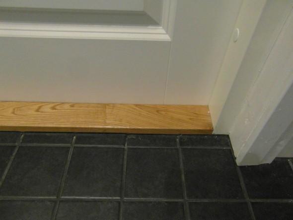 Kun WC:n ovi suljetaan, korvausilma ei kulje periaatteessa mistään, vaikka WC:ssä on imuventtiili, jonka pitäisi saada ilmaa jostakin.