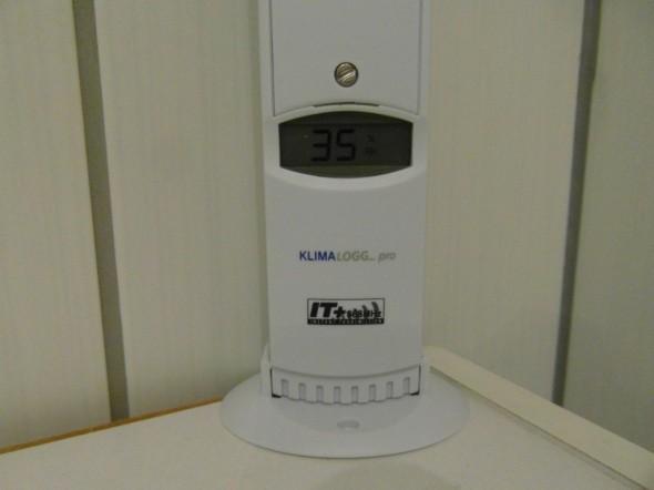 Samassa mittarissa vaihtuvalla näytöllä välillä tulee kosteusprosentti näkyviin, eli kosteutta 35%.