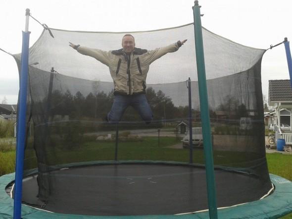 Pikkusiskon pihassa kokeilemassa trampoliinia. Tässä versiossa halkaisija on 4,5 metriä. En olekaan juurikaan tällaisella ennen hyppinyt. Pitääkin varmaan hommata meille samanlainen sitten, kun saadaan pihahommat tehtyä. Täällä Turun seudulla on nihkeää sadekeliä, Vantaalla paistoi aurinko.