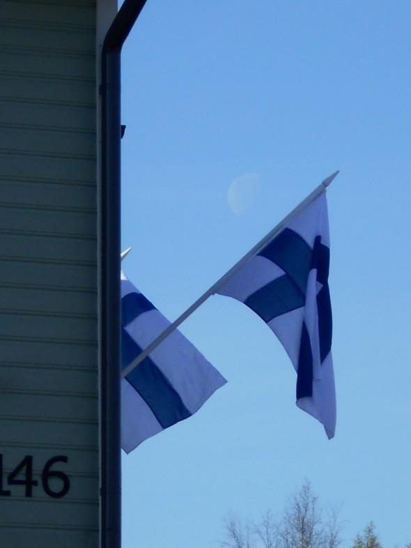 Jos oikein tarkkaan katsoo, niin lippujen välissä tai takana paistaa kuu.