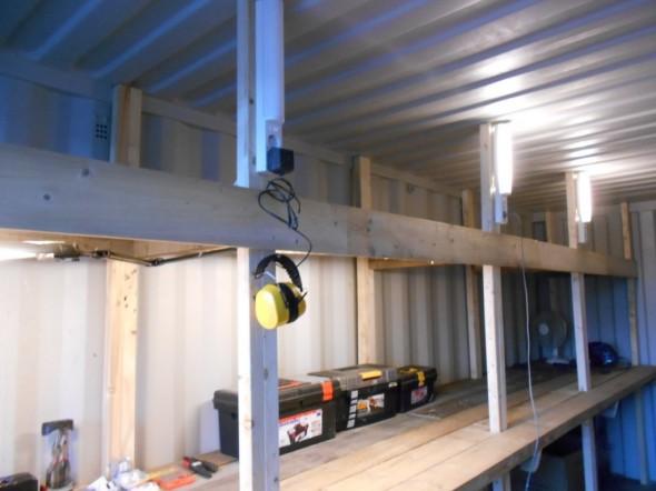 Loisteputkivalaisimia on yht. 5 kpl (2 vanhaa keittiövalaisinta ylähyllyn peitelistan takana, ja 3 tukipuiden yläpäässä). Valot on kytketty sarjaan, mutta niitä voi sytyttää ja sammutella yksitellen. Tässä ensimmäinen pikkuvaloista sammutettuna. Pikkuvalojen teho on 8W ja isojen loisteputkien 18W.