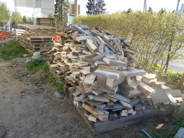 Polttopuitakin olen tänään ehtinyt tekemään, tosin tämä kasa ei syntynyt kokonaan tämän päivän aikana. Ja puuta riittää, eli tältä osin työt sen kun jatkuvat.