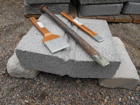 Työkaluja lohkomiseen. Isoin on joku vanha jonka löysin työkalupakista, pari pienempää ostin Bauhausista.