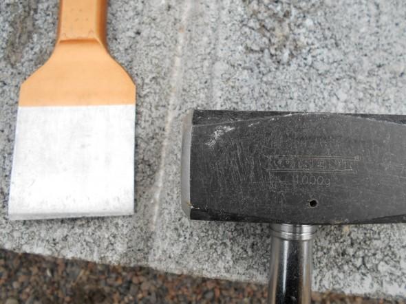 """Aika hyvä yhdistelmä = leveä taltta + vähintään kilon painoinen pajavasara. Puolitoistakiloinen saattaisi olla vielä parempi, mutta sellaista en nyt tällä kertaa ostanut. Myös kirveen kamarapuolella lyönnit ovat tarpeeksi tehokkaita. Kirveen painosta en osaa tarkemmin sanoa, en ole punninnut. Ehkä vanhalla tylsällä kirveellä betonikiveä voisi lyödä ihan sellaisenaan? En ole kuitenkaan kokeillut, ei ole nyt mitään sellaista """"romukirvestä"""", jonka terän viitseisi kokeilussa tuhota."""
