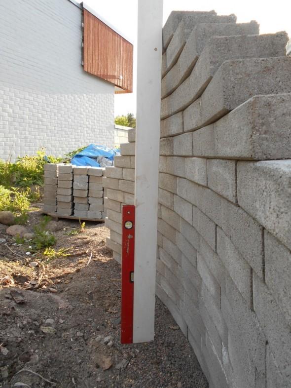 Tässä on nyt ladottu 16 kerrosta kiviä päällekkäin. Kyllä nämä vähän taaksepäin nojaavat.