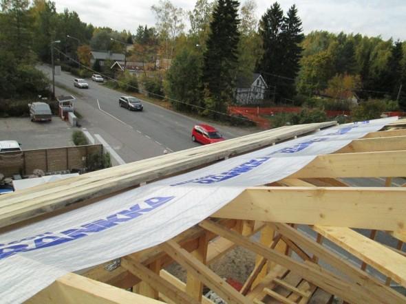 """Tässä alkamassa aluskatteen asennus 5.10.2013. Aluskatehan laitetaan vähän noin löysälle, että ruoteiden kohdalla mahdollisista kiinnityskohdan aukoista vesi ohjautuisi aluskatteessa """"pussin pohjalle"""" ja valuisi siitä eteenpäin räystään yli (jos katto vuotaisi)."""