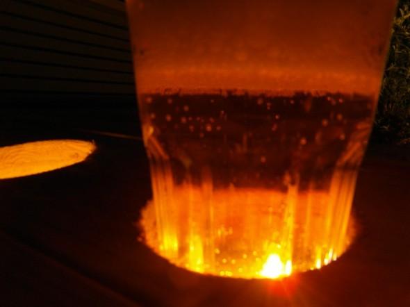 """Apukuva. Ai että mitä nuo kolme koloa ovat kukkalaatikossa Tuijan edessä? Yhtenä erikoisuutena tässä on ollut """"huomateline"""", johon voi laittaa lasin - jolloin pohjalla oleva LED-valo kajastuu juoman läpi. Kas näin - tältä näyttää LED-valo oluttuopin läpi."""