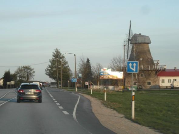 Adaveren tuulimylly Tallinna-Tartto maantien puolivälissä.