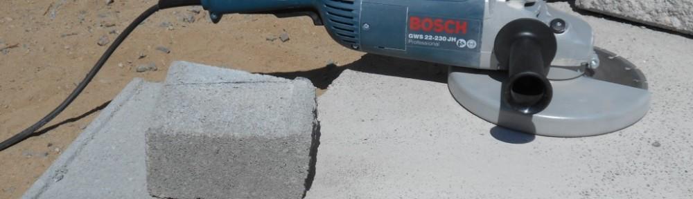 Kun laittaa muurikiven alareunassa olevan uran vasten kaivonrengasta, niin pystyy halkomaan vielä aika pientäkin kiveä. Muuten kivi karkaa, eikä siitä saa oikein millään kiinni. Iso puristin voisi olla tietysti yksi hyvä konsti, mutta en ole kokeillut sitä.