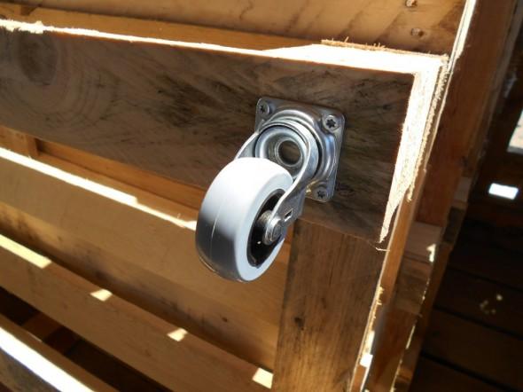 Pöydän rakennusta kuormalavoista. Suhteellisen pienetkin pyörät toimivat pöydän alla oikein hyvin, ja pöytää voi sitten hiukan liikuttaa. Kuormalavasohvat ovat tietysti kiinteitä. Parempia kuvia tulee myöhemmin.