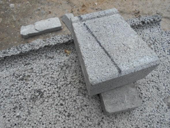 """Tässä vielä yksi toinen tapa muurikivien leikkaamiseen. Eli miten estää ettei pikkukivi lähde timanttilaikan alta """"karkuun""""? Kiven voi pysäyttää kevytsoraharkon uraan kun laittaa toiselle puolen kiveä pienen kiilan. Täyskokoinen iso kivi pysyy paikoillaan toki ihan muutenkin ja on helpompi sahattava."""