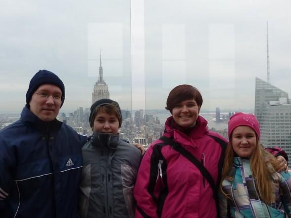 New Yorkissa helmikuussa 2011. Talon tontti oli ostettu parisen kuukautta aiemmin. Itse olen tässä kuvassa vielä meidän perheen pisin (vaikka kovin pitkä en olekaan).