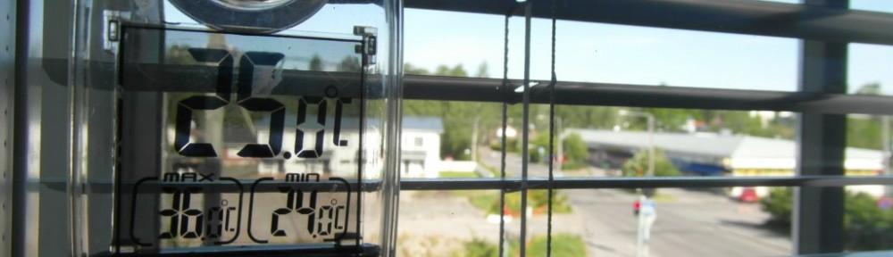 Ison makuuhuoneen lämpötila 13.6.2015 aamulla kello 9:00 oli 25C. Ikkunat avautuvat länteen (tässä kuvassa) ja pohjoiseen, eli tänään ei ole vielä aurinko osunut suoraan mittariin. Vuorokauden minimilämpötila on ollut 24C, ja maksimi 36C, jolloin mittari on varmaankin hetken aikaa ollut auringon paisteessa.