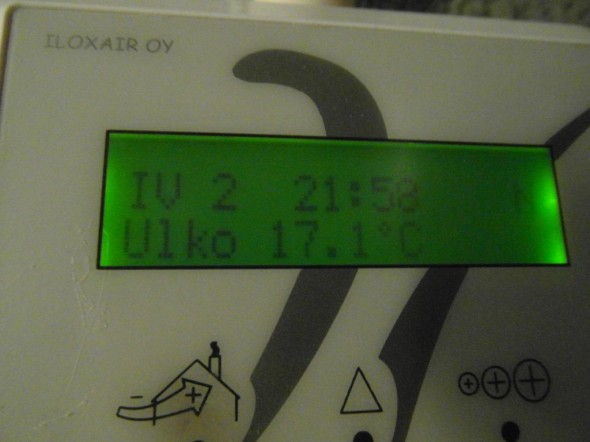 Ulkona on ulkolämpötila-anturin mukaan 17,1C. Ulkokellarin lämpötila (erillisellä sisäänkäynnillä talon kyljessä) on samaan aikaan 15C. Ilmatieteenlaitoksen mukaan (siis Helsinki-Vantaan lentoaseman mittarissa) on nyt 12,1C.  Tiedä sitten mikä on oikein, ehkä tällä kohtaa Vantaata lämpötila on jotain 15-17C haarukassa, mittauspaikasta riippuen?