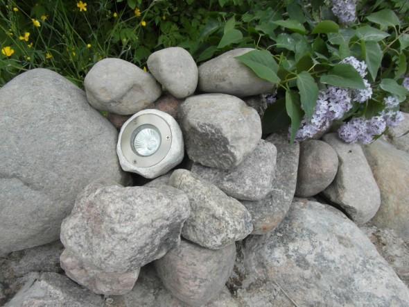 Kivivalaisimen oikea käyttöpaikka lienee kuitenkin ajateltu esim. kivikasaan - kas näin? Joten jos ei kukkapenkki-idea onnistu, tuodaan sitten tämä valaisin tänne...