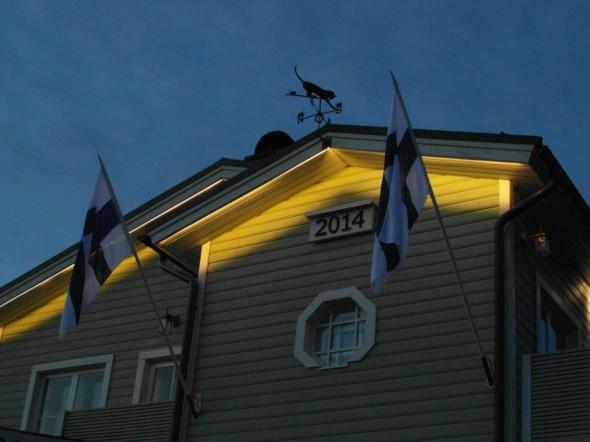 Juhannusaatto puolilta öin. Liputuksen suhteen ainut yö, jolloin lipun voi jättää salkoon koko yöksi. Rauhallista. Aivan niin kuin Helsingissäkin - ei ristin sielua missään.
