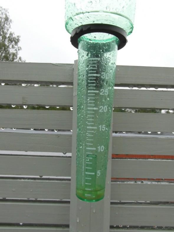 Vajaa pari milliä uutta sadetta aamulla 24.6.2015 klo 08:00 -08:30 välisenä aikana. Yöllä oli satanut 14 milliä, jotka vedet heitin pois aamu kasin aikaan. Edellinen suurempi sade oli torstaina 18.6.2015, jolloin satoi yhden vuorokauden aikana 16 milliä.