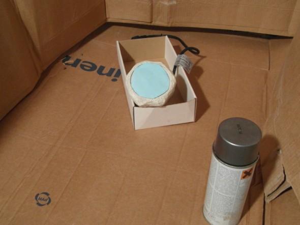 Sticker -muistilappu (jonka yläreunassa on heikkoa liimaa) suojaa lampun lasia ja ruuvin jenkoja spray-maalin ruiskeilta.
